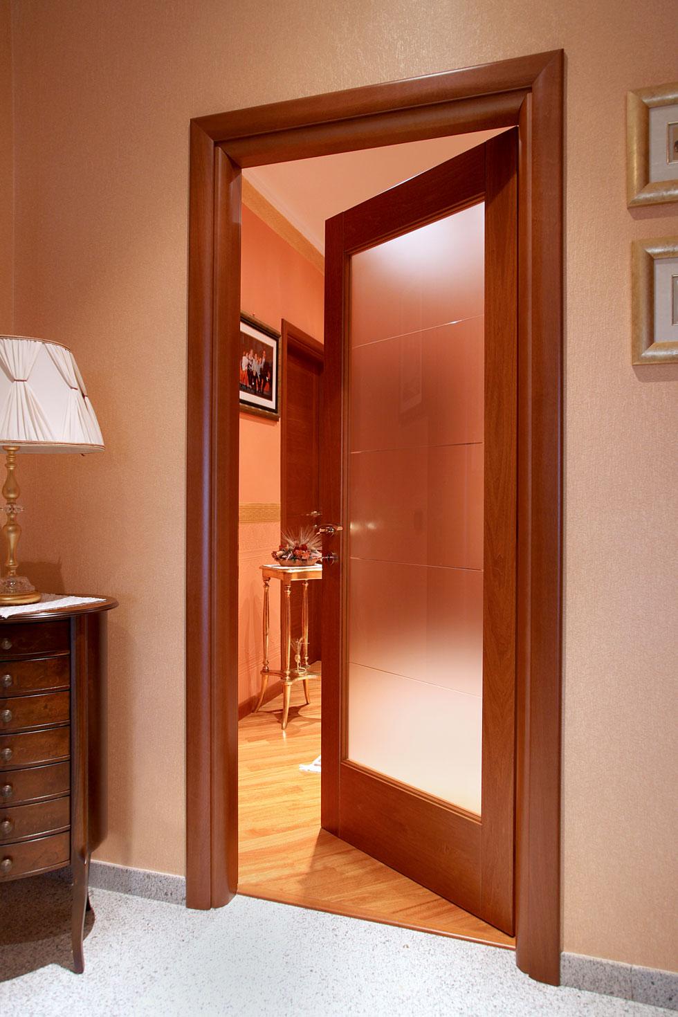 Arche 39 ambienti porta battente con vetro a righe e for Porte a battente