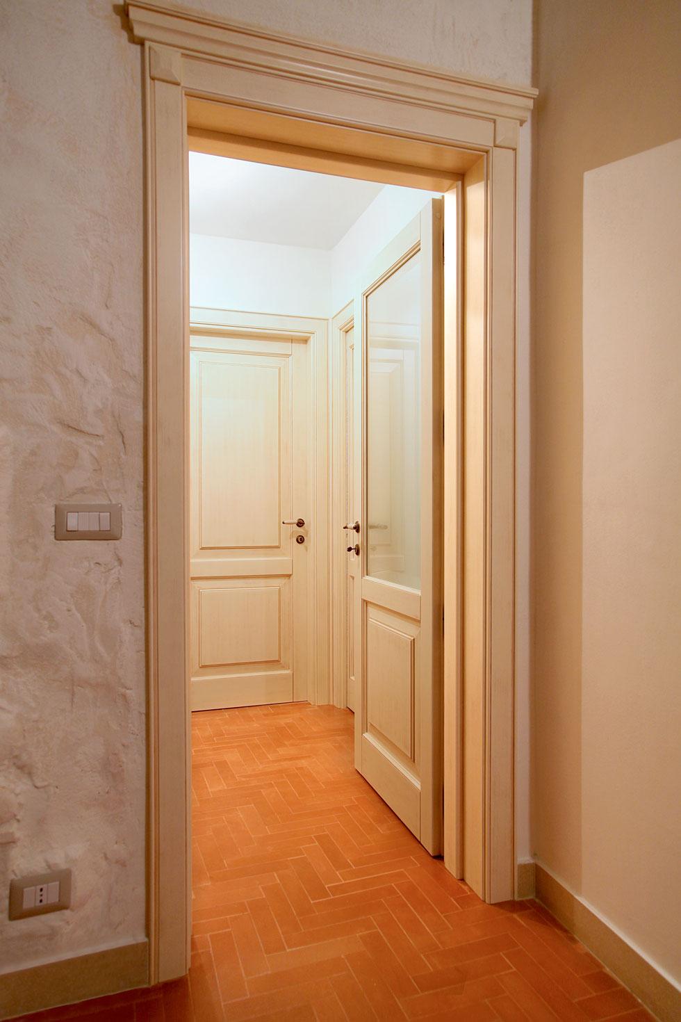 Arche 39 ambienti particolare mostrine e cimasa con capitello - Porte decorate antiche ...
